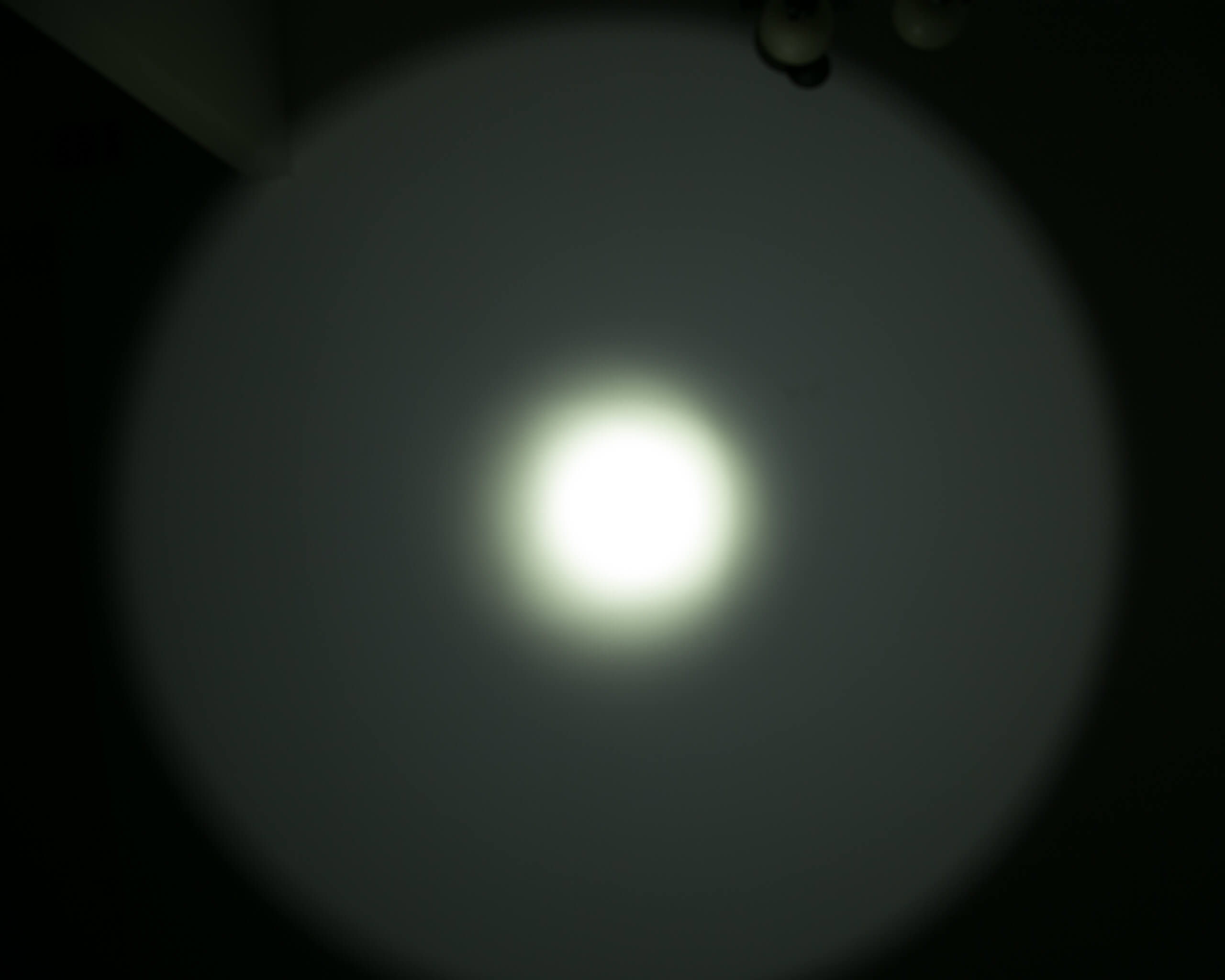Imalent RT90 Luminus SBT-90.2 Flashlight beamshot ceiling 2