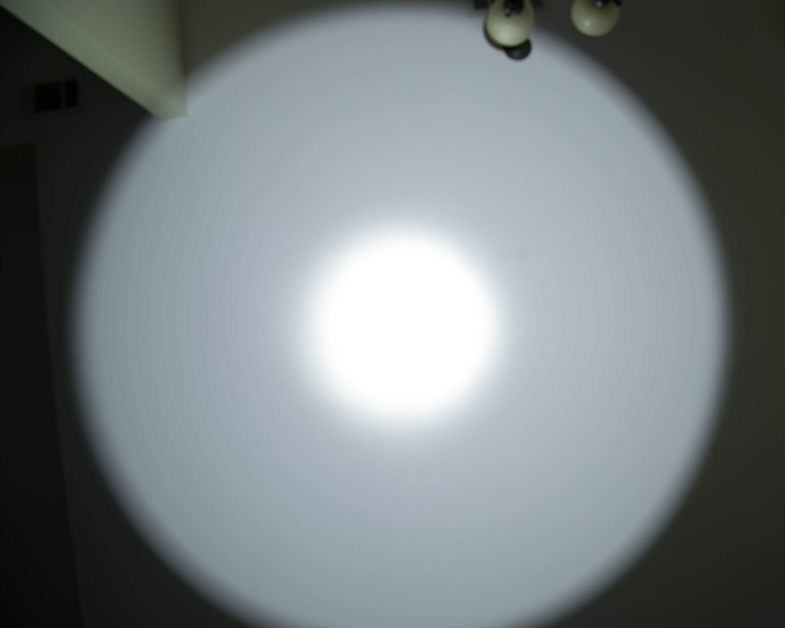 Imalent RT90 Luminus SBT-90.2 Flashlight beamshot ceiling 4
