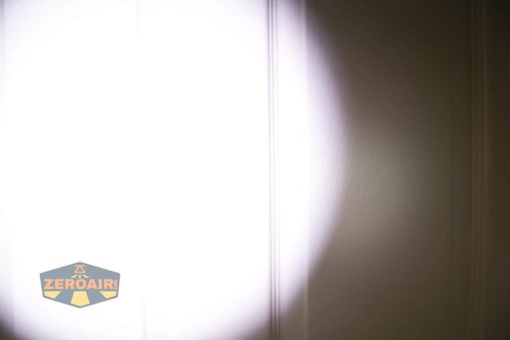 Lumintop E21C Flashlight beamshots door, compared to nichia 219b